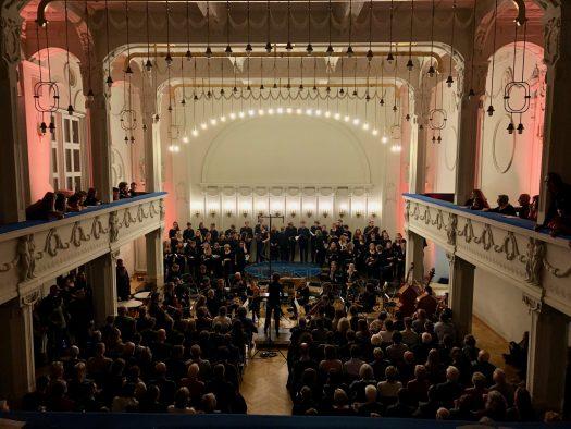 Der voll Perzina-Saal mit Chor, Orchester und Zuschauer*innen