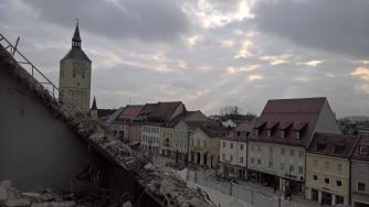 Vom Dach hat man einen schönen Blick über den Oberen Stadtplatz von Deggendorf