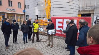 Architekt Markus Kress erläutert anhand von Bildern wie sich das Gebäude nach dem Umbau in das Stadtbild einfügen wird