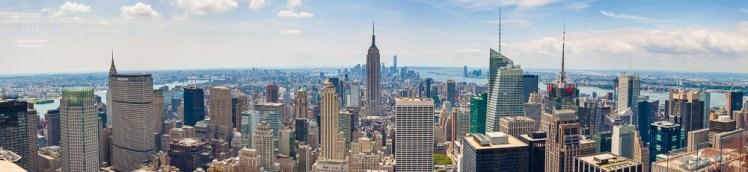 Dieses Panorama aus sieben Einzelaufnahmen ist auf den Rockefeller Center (Top of the Rock) entstanden. Zusehen ist die Südspitze von Manhattan. In der Bildmitte ragt das Empire State Building hervor, dahinter - etwas links - ist der Freedom Tower zu sehen.
