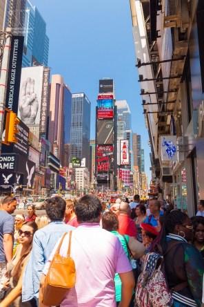 https://junghahn24.com/wir-sind-in-new-york/ 2.000 Menschen pro 15 Minuten schieben sich hier lang, das sind am Tag fast 200.000 Menschen - jeden Tag.