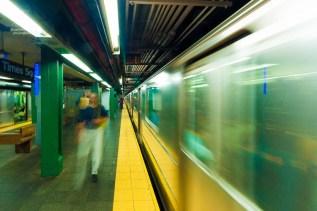 Die U-Bahn in New York heißt Subway. Das Netz hat Linien, die an jedem Bahnhof halten (LOCAL) und Expresslinien (EXPRESS). http://junghahn24.com/wir-sind-in-new-york/