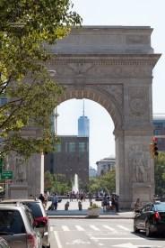 Der Blick durch eines der Tore fällt auf das One World Trade Center.