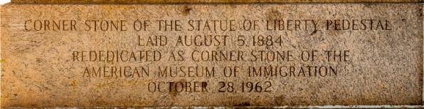 Die Eckstein enthält eine Inschrift und ist am Sockel des Podestes der Freiheitsstatue zu finden. https://junghahn24.com/frueh-aufstehen-fuer-eine-alte-dame-freiheitsstatue/