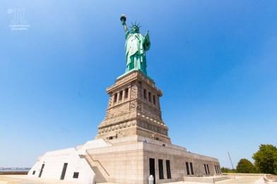 Hübsch, wie Lady Liberty grüßt. http://junghahn24.com/frueh-aufstehen-fuer-eine-alte-dame-freiheitsstatue/