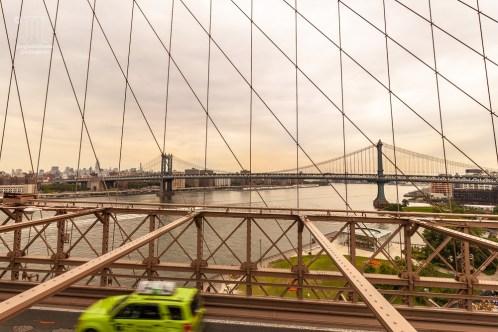 Auf der Manhattan Bridge fährt die U-Bahn aus Manhattan nach Coney Island.