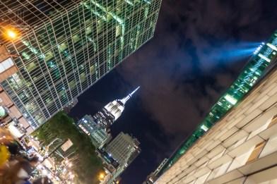 In New York ist nachts Licht das wichtigste für die Hochhäuser und Wolkenkratzer. http://junghahn24.com/mit-der-u-bahn-raus-zu-fuss-wieder-rein-brooklyn-bridge/
