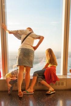 Immer wieder ist es faszinierend, wie weit oben man in der 101. Etage des One World Trade Center ist.