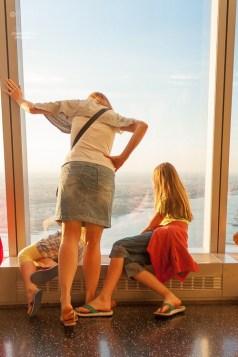 Immer wieder ist es faszinierend, wie weit oben man in der 101. Etage des One World Trade Center ist. http://junghahn24.com/finale-in-new-york/