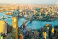 Der Schatten des One World Trade Center legt sich wie ein Zeiger über die Stadt. Blickrichtung Osten sieht man den Eastriver, Brooklyn Bridge und die Manhattan Bridge. http://junghahn24.com/finale-in-new-york/
