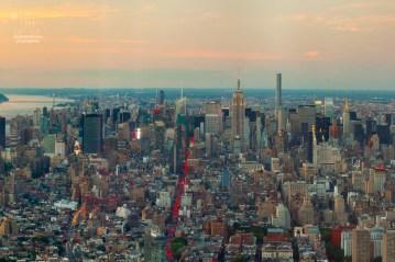 In den Schluchten der Großstadt ist die Sonne schon untergegangen. Vom One World Trade Center aus kann man sehen, wie in den Fenstern das Licht angeht.