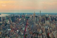 In den Schluchten der Großstadt ist die Sonne schon untergegangen. Vom One World Trade Center aus kann man sehen, wie in den Fenstern das Licht angeht. https://junghahn24.com/finale-in-new-york/