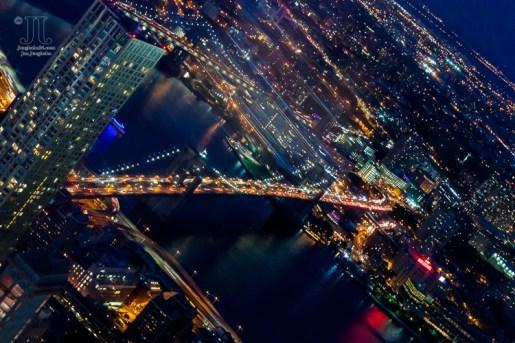 Der East River wird von der beleuchteten Brooklyn Bridge überspannt. http://junghahn24.com/finale-in-new-york/