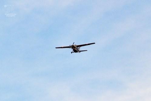 Über dem See flogen vereinzelt Flugzeuge.
