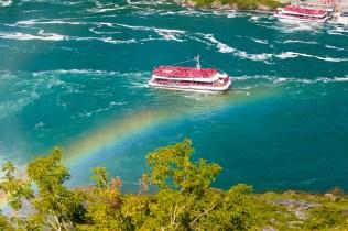 Ein Boot voll mit Touristen auf dem Niagara kehrt gerade von seiner Fahrt zurück.