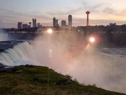 Von der kanadischen Seite werden die Wasserfälle jeden Abend beleuchtet.