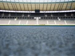 Nach dem Aufgang, den auch die Fussballer zu jedem Spiel aufsteigen, öffnet sich der Blick auf die Gegengerade.