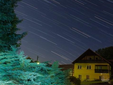 Nun habe ich zum ersten Mal Sternspuren aufgenommen. Nahe der Auma stehe ich hier. Wir blicken in den Nachthimmel Richtung Südwesten.