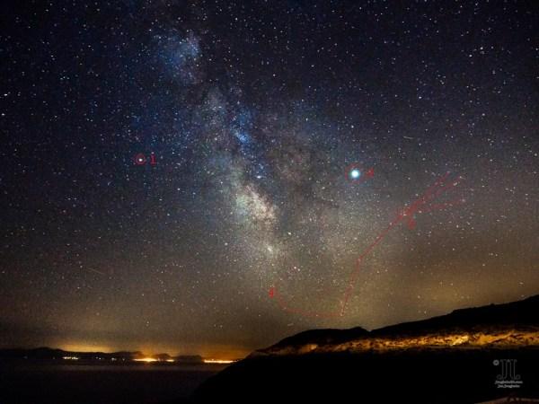 Neben Saturn (1) und Jupiter (2) habe ich in diesem Bild Antares (3) im Sternbild Skorpion (4) markiert. Gut zu erkennen ist auch die Milchstraße.