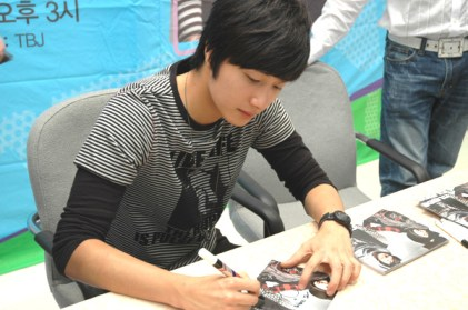 Jung Il-woo 4CLRide Signing