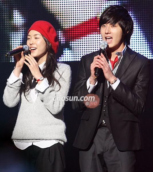 2007 11 16 My Love Showcase singing 3