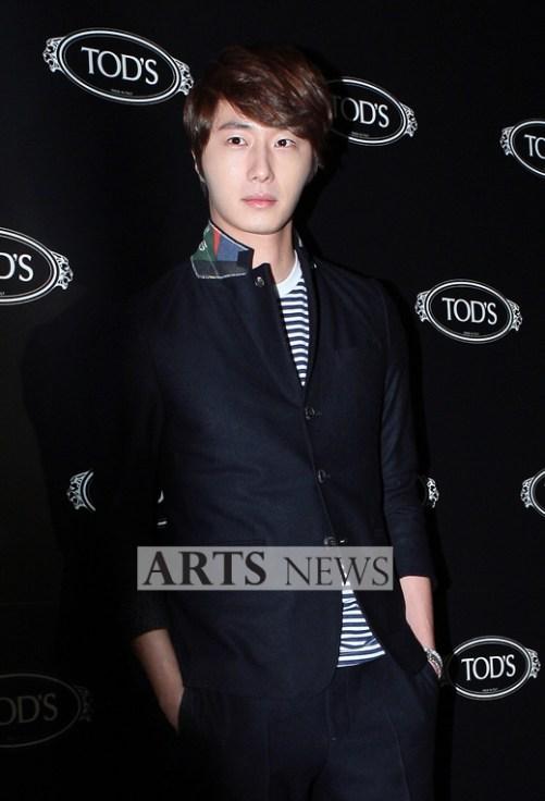 2011 10 25 Jung II-woo at TOD's