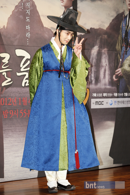 2012 1 2 Jung II-woo in The Moon that Embraces the Sun Press Conference 00009