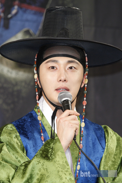 2012 1 2 Jung II-woo in The Moon that Embraces the Sun Press Conference 00020