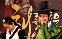 2012 1 2 Jung II-woo in The Moon that Embraces the Sun Press Conference 00031