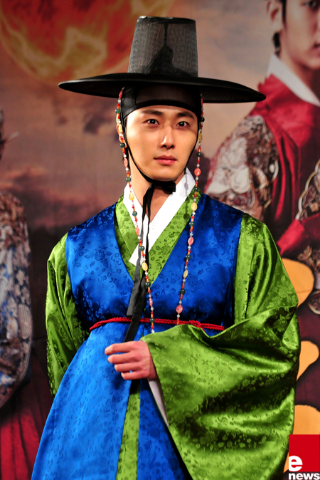 2012 1 2 Jung II-woo in The Moon that Embraces the Sun Press Conference Extra 4.jpg