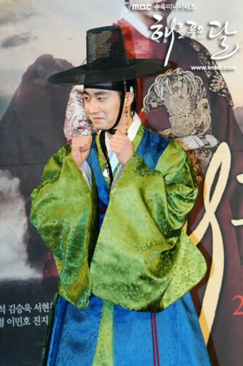 2012 1 2 Jung II-woo in The Moon that Embraces the Sun Press Conference Extras00003.jpg
