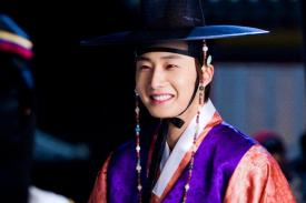 2012 2 Jung II-woo in The Moon that Embraces the Sun Episode 1 BTS 00002