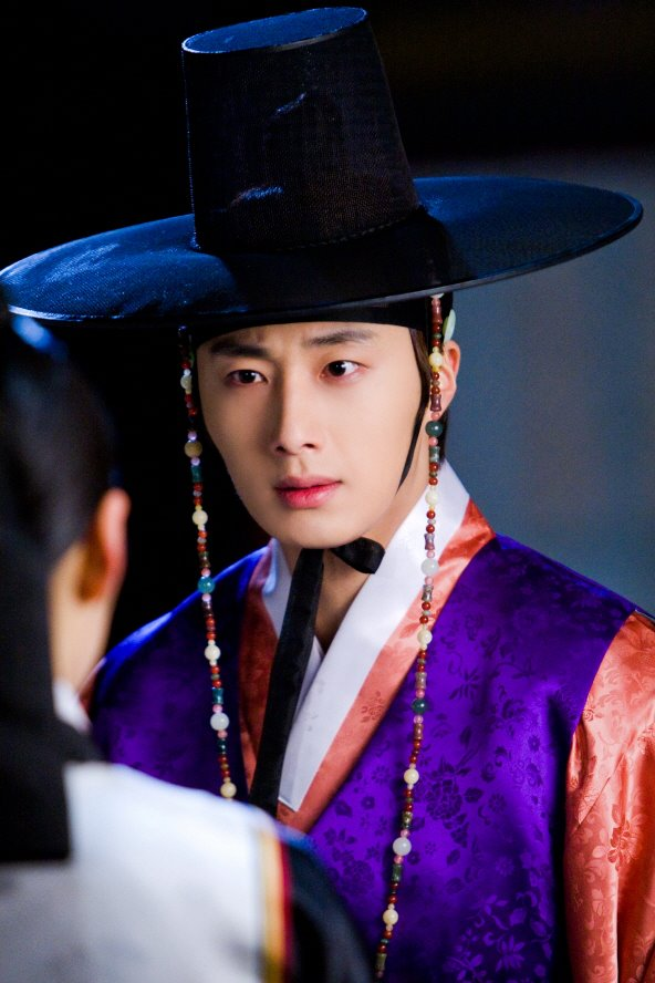 2012 2 Jung II-woo in The Moon that Embraces the Sun Episode 1 BTS 00003
