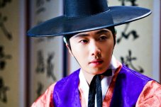 2012 2 Jung II-woo in The Moon that Embraces the Sun Episode 1 BTS 00024