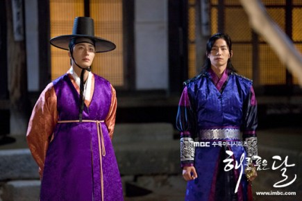 2012 2 Jung II-woo in The Moon that Embraces the Sun Episode 1 BTS 00030