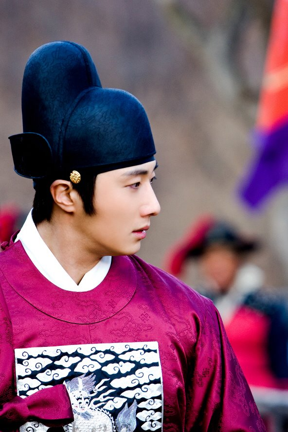 2012 2 Jung II-woo in The Moon that Embraces the Sun Episode 13 BTS 00008