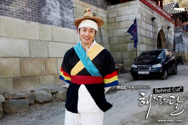 2012 Jung II-woo in The Moon That Embraces the Sun BTS Episode 8 1.jpg
