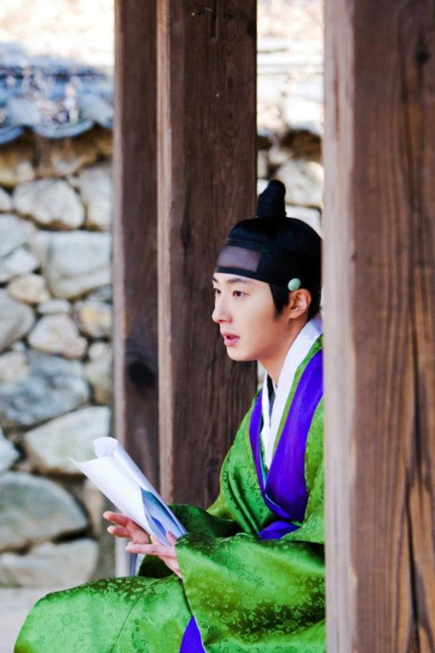 Jung II-woo in The Moon that Embraces the Sun BTS Episode 15 00007