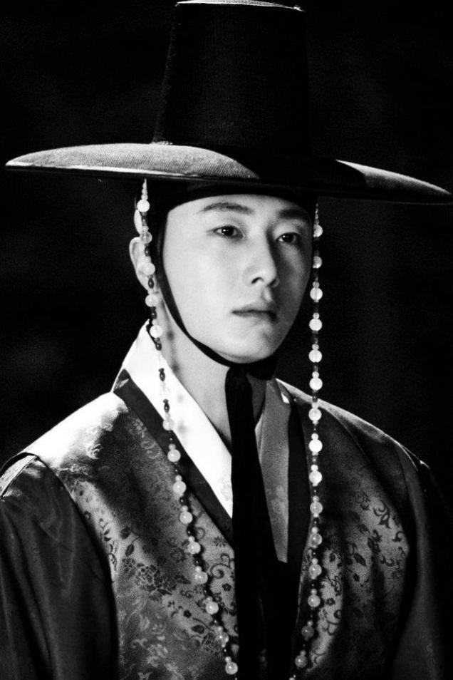 Jung II-woo in The Moon that Embraces the Sun BTS Episode 17 00014