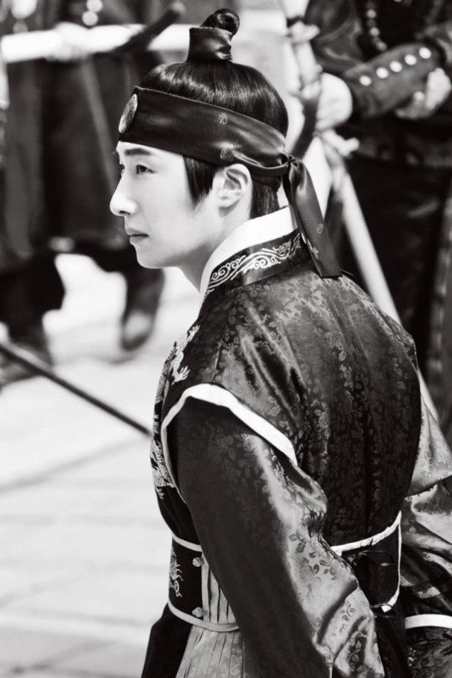 Jung II-woo in The Moon that Embraces the Sun Episode 20 BTS B & W 00004