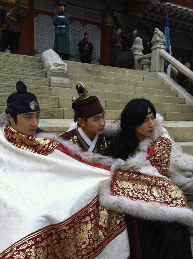 Jung II-woo in The Moon that Embraces the Sun Episode 20 BTS Blanket Cuties 00008