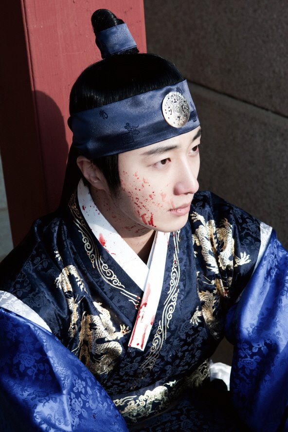 Jung II-woo in The Moon that Embraces the Sun Episode 20 BTS Bloody 00001