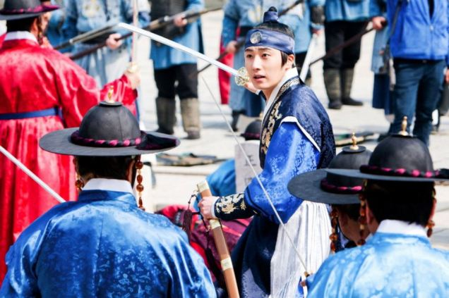 Jung II-woo in The Moon that Embraces the Sun Episode 20 BTS Filming Battle 00016