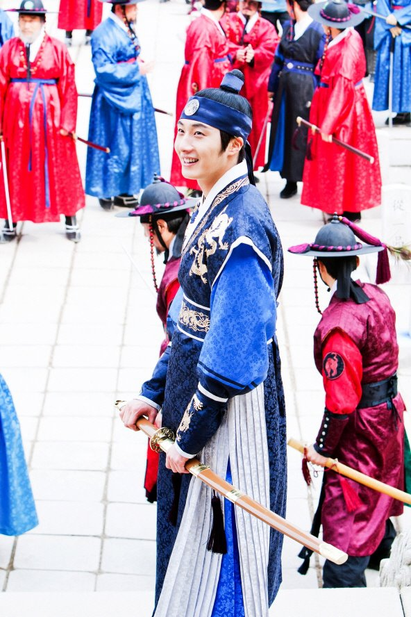 Jung II-woo in The Moon that Embraces the Sun Episode 20 BTS Filming Battle 00021