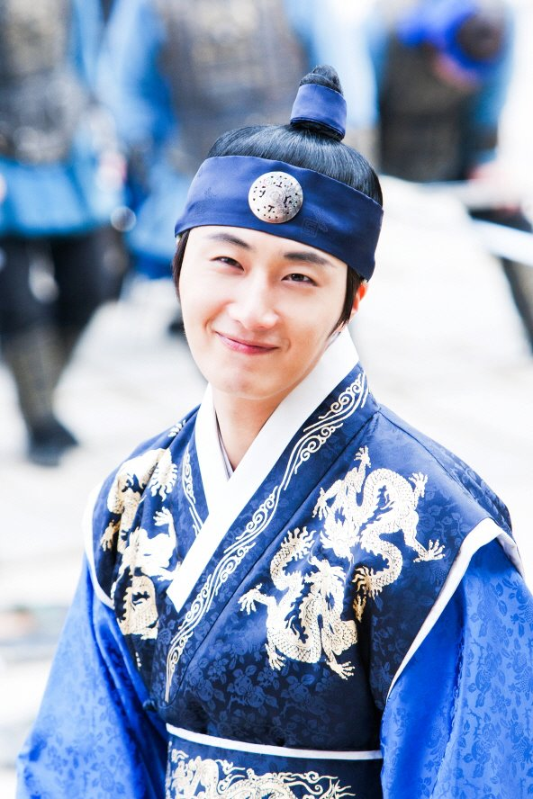 Jung II-woo in The Moon that Embraces the Sun Episode 20 BTS Medium 00002