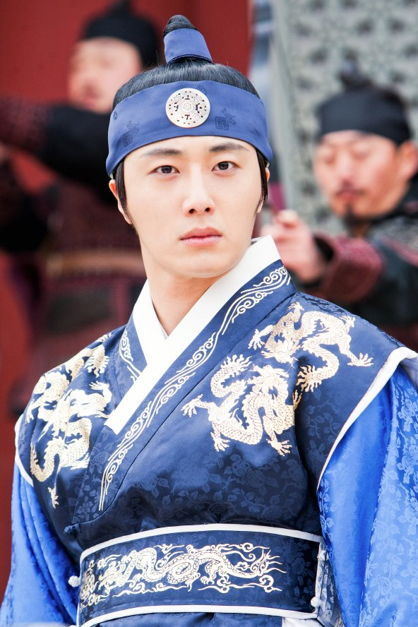 Jung II-woo in The Moon that Embraces the Sun Episode 20 BTS Medium 00005