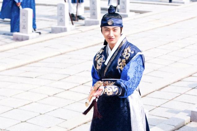 Jung II-woo in The Moon that Embraces the Sun Episode 20 BTS Sword Play 00003