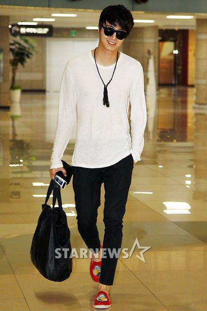 2012 4 Jung II-woo in Beige arrives to Gimpo airport. 00001