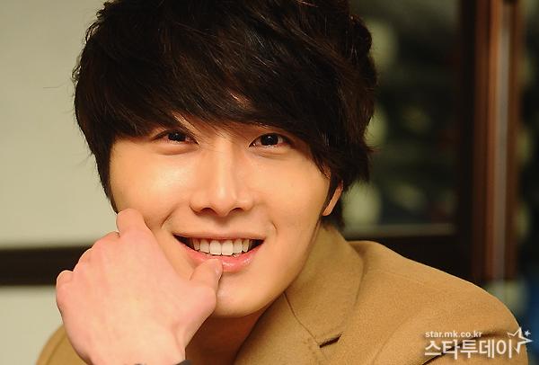 Jung II-woo in Beige Overcoat for various Interviews 2012 00004