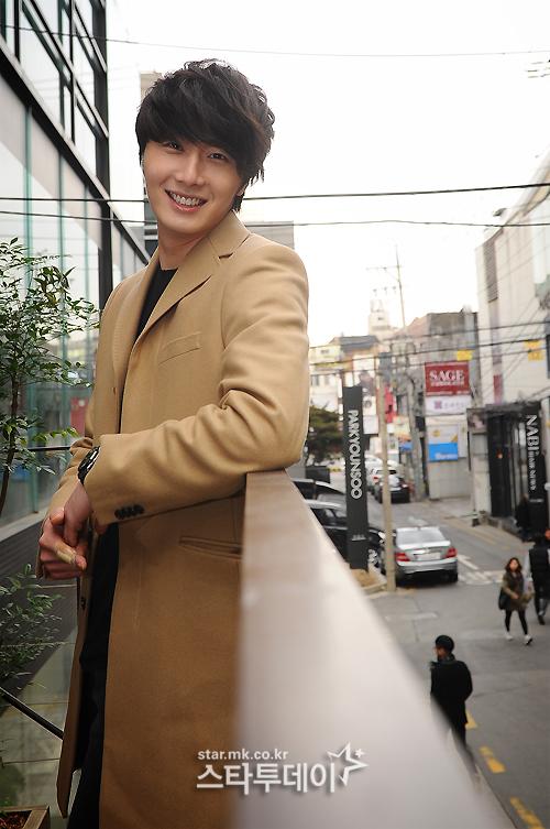 Jung II-woo in Beige Overcoat for various Interviews 2012 00008